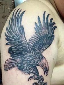 大臂老鹰纹身刺青狂野十足