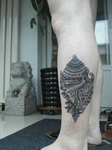 非常独特的腿部海螺纹身图案