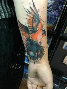 手臂水彩蜂鸟纹身图案