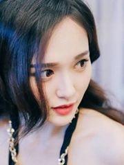 唐嫣秀香肩红唇甜笑迷人 貌美肤嫩似少女