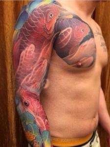 几只红鲤鱼半甲纹身图案眼花缭乱