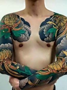 让人迟迟缓不神来的双半甲彩色纹身刺青