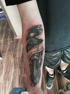 手臂狂野十足的3d机械纹身图案