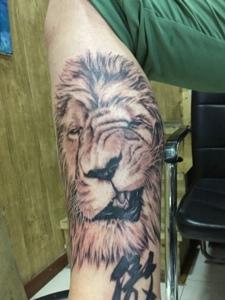 包小腿黑白狮子头纹身图案十分可怕