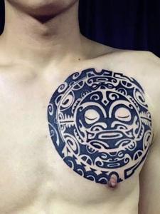 左胸口经典魅力的图腾纹身刺青