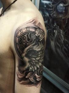 手臂复古黑灰指南针纹身图案