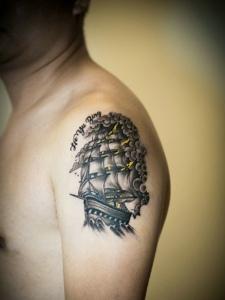 手臂精致细腻的小帆船纹身图案