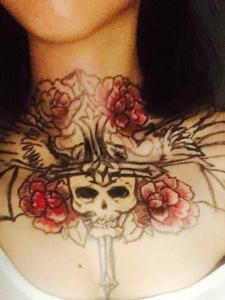女生脖子下的水彩十字架骷髅纹身图案