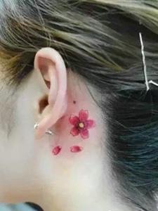 女生耳朵后面的小樱花纹身图案