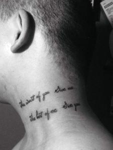 男士脖子处的个性英文纹身刺青