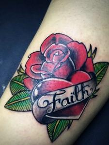 鲜艳亮丽的手臂玫瑰花纹身图案