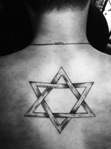 有型的后背六芒星纹身刺青魅力散发
