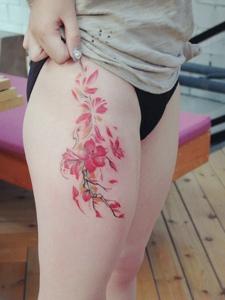 晳白的大腿配上梅花纹身刺青完美无瑕