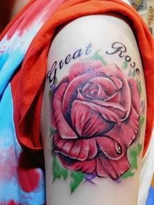 精致而美好的大臂玫瑰花纹身刺青