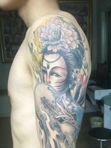 精致典型的手臂传统花旦纹身刺青