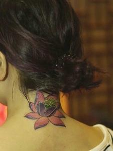 脖子背后漂亮盛开的莲花纹身图案