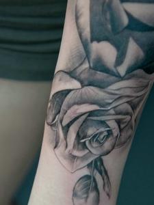 手臂美丽的黑灰玫瑰纹身图案