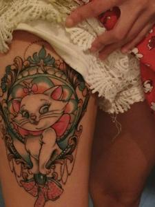 女生大腿一只呆萌的花猫纹身图案