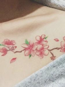 锁骨女生胸前的优美梅花纹身刺青
