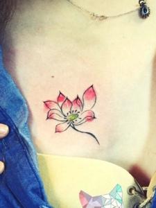 蓝衣美女胸前一朵莲花纹身刺青很优美