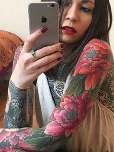 私房中的妖娆女神满身性感纹身刺青