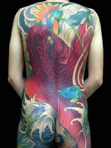 遮盖整个后背的日式大鲤鱼纹身图案