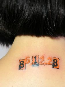 小女生脖子后的阿拉伯数字纹身刺青