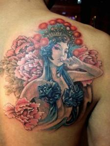 遮盖半边背部的性感花旦纹身图案