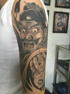 包臂经典传统的黑灰钟馗纹身图案
