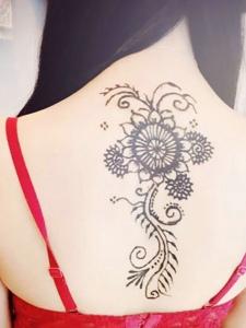 高贵女生脊椎部时尚海娜纹身图案