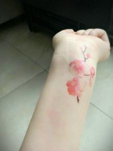 手腕上的小清新樱花纹身刺青