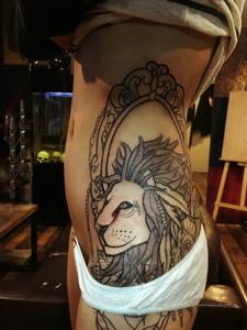 腰部到臀部的风格大狮子纹身图案