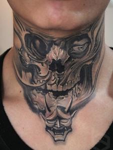 脖子正方的3d黑灰骷髅纹身刺青