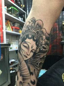 精致美丽的小腿黑灰花旦纹身刺青
