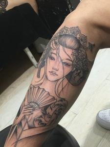 包小腿黑灰传统花妓纹身刺青