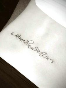 可爱女孩腰部英文个性刺青