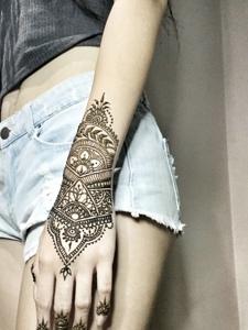 手臂漂亮时尚的海娜纹身图案