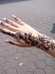 清晰而细腻的手背海娜纹身图案