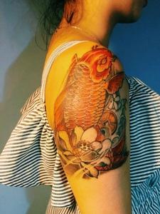 莲花与金鲤鱼的花臂纹身图案