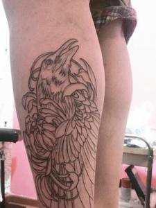 小腿外侧简陋的乌鸦纹身图案