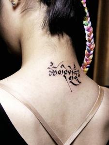 简单有个性的脖子梵文纹身图案