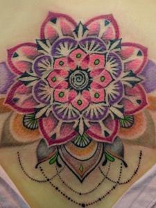 可隐可显如同繁复的梵花纹身图案