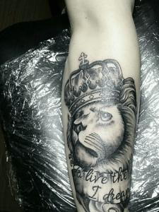 头戴皇冠的黑灰狮子腿部纹身刺青