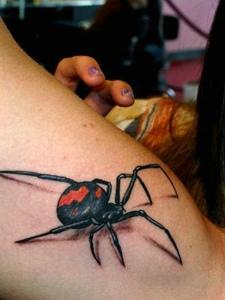 女生手臂3d蜘蛛纹身图案让她狂叫不已