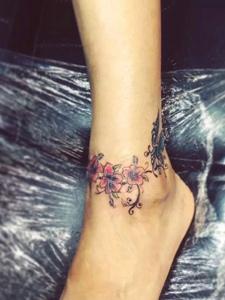 脚腕上的唯美花环纹身图案
