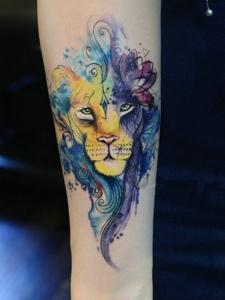 色彩鲜艳的手臂水彩狮子纹身图案