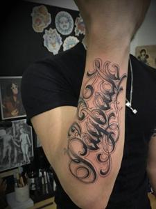 手臂时尚花体英文纹身刺青