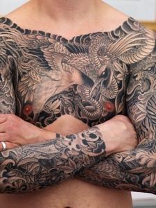 吊炸天的双半甲纹身图案魅力十足