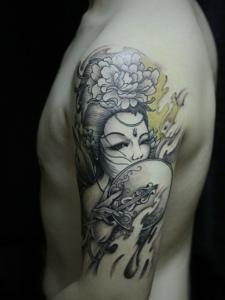 手臂一枚精致的传统花妓纹身刺青