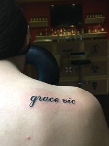 香肩下的简约小清新英文纹身图案